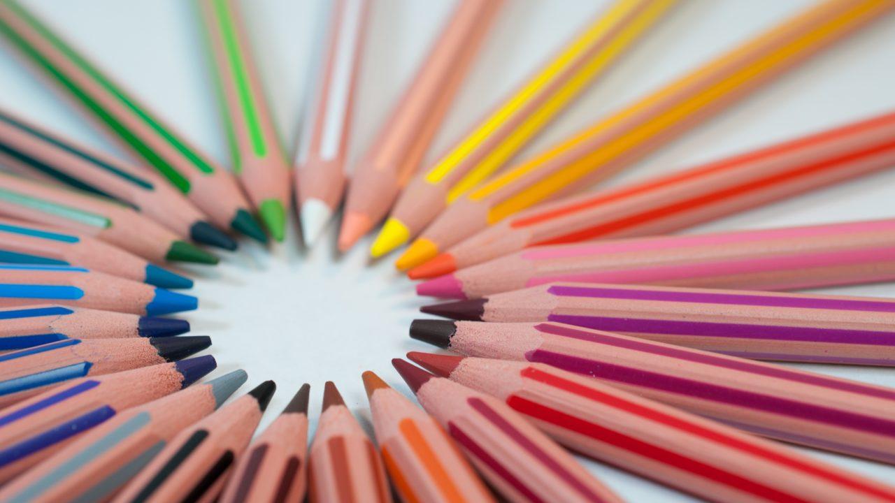 色々な種類の色えんぴつが円になっている様子
