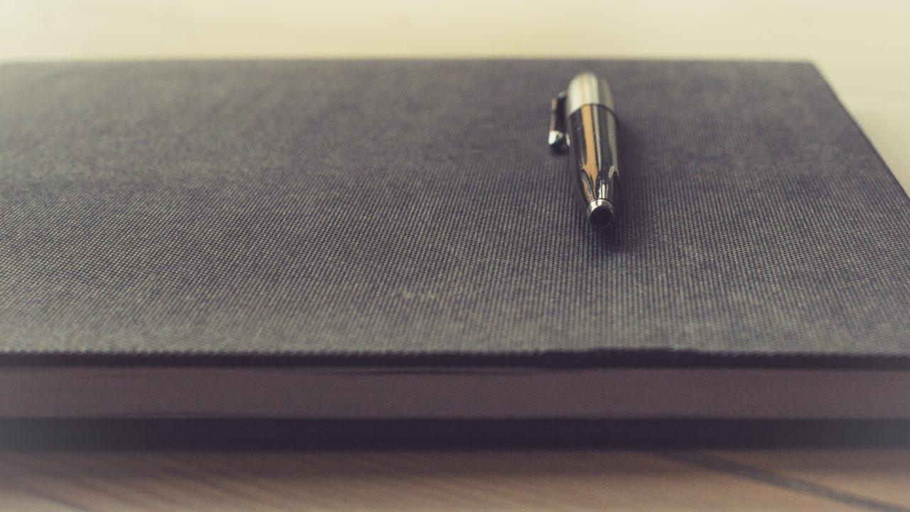 机の上に高級感のあるペンがある様子